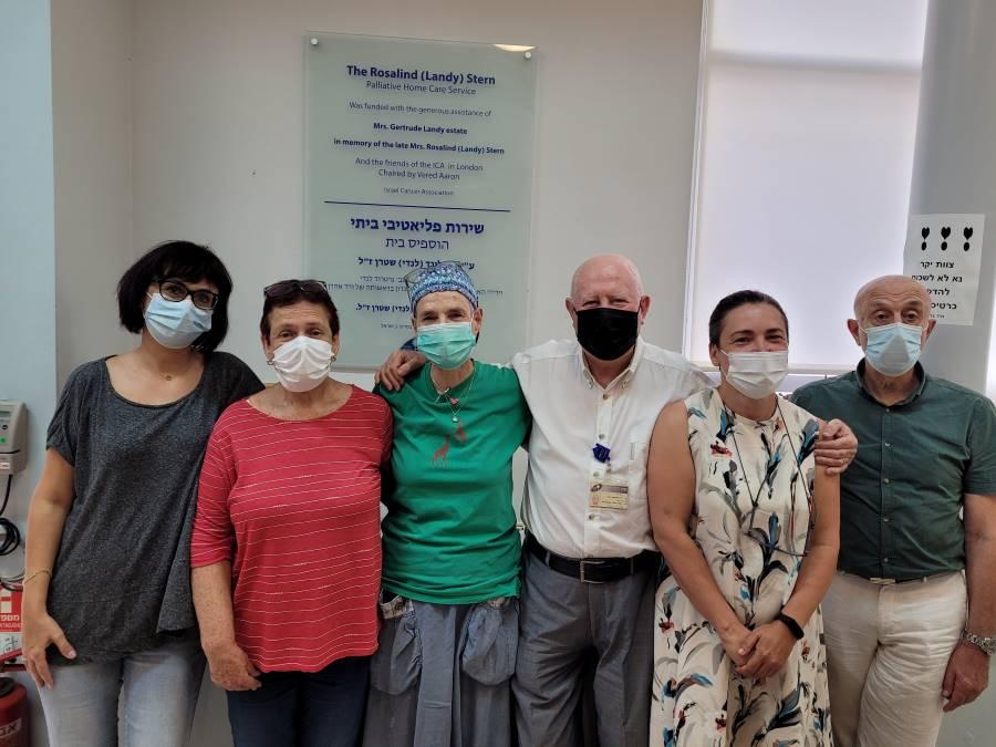 צוות - השירות הפליאטיבי הוספיס בית בשבוע שעבר עם קבלת ההודעה. דר ולר שלישי מימין_ק